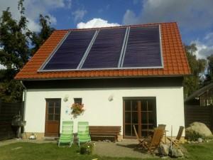 AkoTec - Solaranlage zur Nutzung der Sonnenenergie - Einfamilienhaus mit 2 Ferienwohnungen mit 210 direct flow Röhren, 33,9 m² Kollektorfläche, ca. 21 kWp Leistung